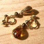 No.1c 琥珀とブロンズのイヤリング … ¥800 (全長:約3.6cm)(合金・ガラス) (金属アレルギー非対応)