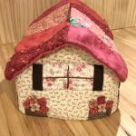 No.140 家型ティッシュボックスカバー(ピンクの屋根) … ¥3,000 (綿)(大きさ:26cm x 13cm 高さ10cm)