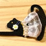 No.15-10 華猫ブローチ(のび) … ¥500(革・フェルト)(レース・ラインストーン)(大きさ:8cm x 6cm)