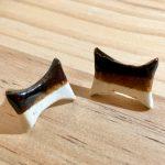 No.5 砂時計形白黒ピアス … ¥900(税込 … ¥990)(大きさ:2cm x 4cm) (素材:土) (アレルギー:金属)
