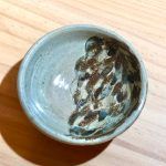No.20 おちょこ浅 … ¥800(税込 … ¥880)(大きさ:φ85mm x 高さ30mm)(素材:陶土)