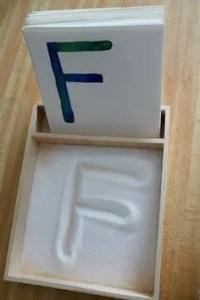 zimowe prace plastyczne - pisanie na śniegu