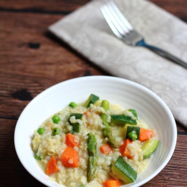 Wiosenne risotto z brązowym ryżem i warzywami