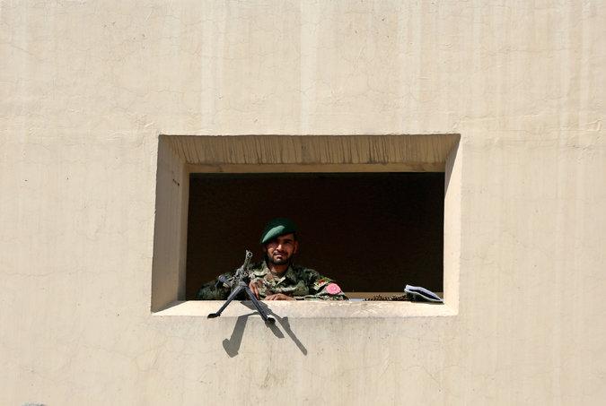 tentara afghan berjaga