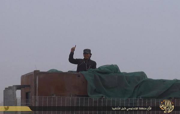 Hanzhalah bersiap melakukan amaliyah istisyhadiyah di atas  kendaraan lapis baja yang mengangkut bahan peledak