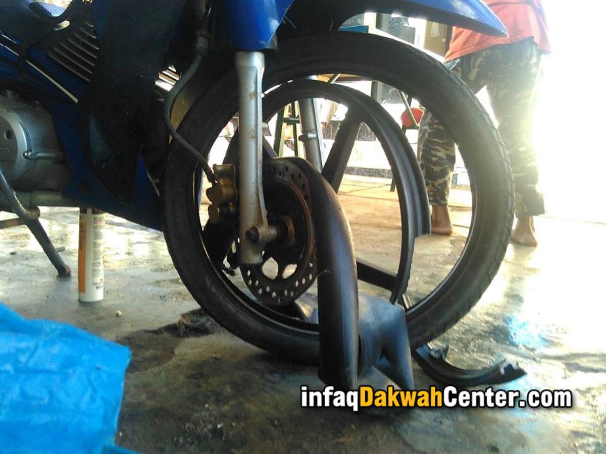 Akibat kecelakaan motor yang dikendarai Ustadz Iqbal dan rekannya rusak parah