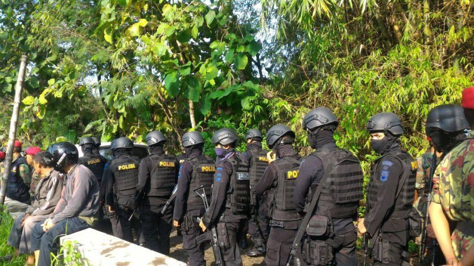 Pasukan Brimob ke kuburan lengkap dengan seragam hitam, topeng, rompi anti peluru, sepatu laras, helm kevlar dan senjata serbu laras panjang
