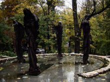 Ulica Dzidzikovac. Pomnik wzniesiony ku upamiętnieniu francuskich żołnierzy sił pokojowych, którzy zginęli w Bośni i Hercegowinie. Praca autorstwa Xaviera Dambrine, odsłoniety przez Jacquesa Chiraca w 1998 roku.