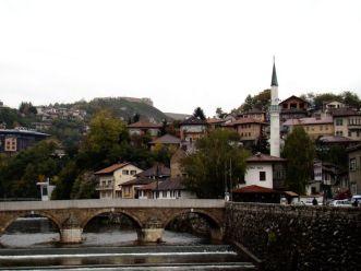 Most Seherija nad rzeką Miljaca. W dali koło meczetu biały dom to Inat Kuca (przekorny dom)