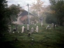 Kovaci- groby miedzy domami