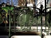 Plac des Abbesses- zabytkowa balustrada przy wejściu na stację metra