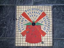 Moulin Rouge- mozaika na chodniku przed budynkiem kabaretu