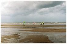 Plaża podczas odpływu. Ubity piach zchęca do uprawiania sportów.