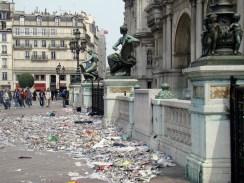 Hôtel de Ville- tuż po proteście miejskich służb oczyszczania