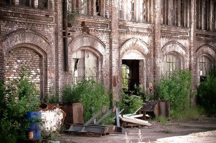 Zdewastowane budynki warsztatowe