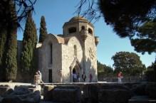 Monastyr Filerimos- na pierwszym planie starożytne ruiny świątyni Ateny