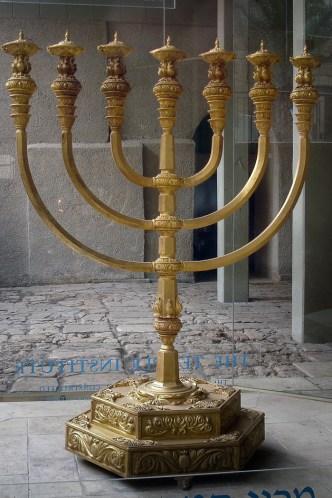 JEROZOLIMA- Oryginalna menora ze Świątyni została zniszczona tysiące lat temu, ale w Jerozolimie od wielu lat można podziwiać jej replikę.