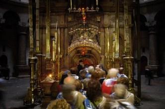 JEROZOLIMA- Bazylika Grobu- kolejka pielgrzymów do Grobu Pańskiego