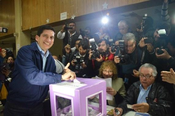 Felipe de Jesús Cantú mientras votaba
