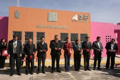 Acompañada de la presidenta del DIF Estatal, Raymundo Flores hace oficial la apertura de centros de apoyo.