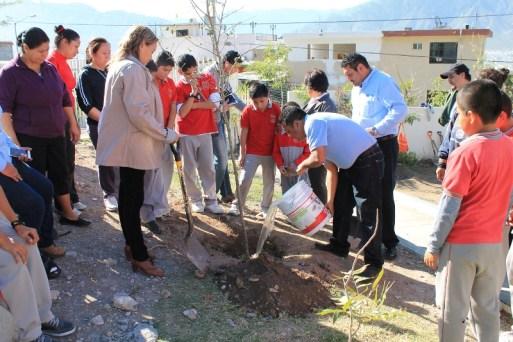 Se mostró a los alumnos la importancia de sembrar y cuidar un árbol.