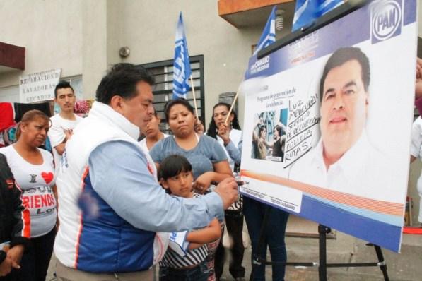 El panista firma compromiso en colonia Paseo San Javier en Apodaca