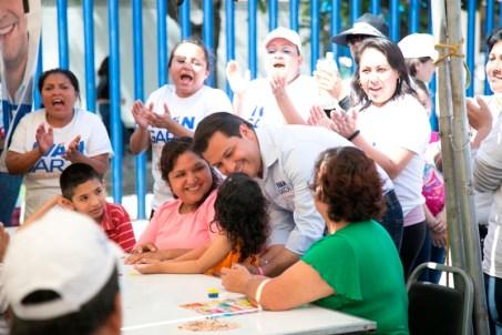 """IVÁN ESTABLECERÁ OFICINA PARA PROMOVER EL TURISMO DE NEGOCIOS   Iván Garza, candidato a la Alcaldía de Monterrey por el PAN, propuso establecer una oficina para promover el turismo de negocios en Monterrey.   La Oficina de Convenciones y Visitantes, es parte de las acciones para promover la marca Monterrey y con ello se podría generar una derrama económica de 20 millones de pesos y hasta 5 mil empleos directos y 25 mil indirectos.   """"La propuesta que estamos planteando es la apertura de un centro internacional de convenciones en Monterrey donde vamos a estar atrayendo a través de éste centro todos los eventos que hay a nivel tanto nacional como internacional, actualmente se hacen alrededor de 3 mil eventos al año en Monterrey y participan 70 mil personas que vienen del extranjero y 200 mil personas que vienen del interior de la República.   """"Monterrey por el peso que tiene a nivel nacional e internacional necesita un centro como estos (Oficina de Convenciones y Visitantes) para poder impulsar que venga más gente a hacer turismo de negocios"""", expuso Iván.   En entrevista durante un evento con vecinos de la colonia Valle de Santa Lucía, donde hizo el anuncio, Iván destacó que el objetivo de la oficina será incrementar en tres años hasta en un 20 por ciento los eventos de convenciones y exposiciones en Monterrey.   Añadió que la Oficina de Convenciones y Visitantes, se ubicará dentro de las mismas instalaciones municipales y tendrá una inversión de alrededor de 4 millones de pesos, por las remodelaciones del espacio que vaya a ocupar, con contará con estacionamiento para la accesibilidad de quienes acudan a pedir informes.   """"Tenemos una plataforma hotelera muy importante con más de 14 mil habitaciones instaladas en Monterrey y mucho espacio para hacer diferentes exposiciones, eventos tanto del área médica como del área de mecánica y demás se hace muchísimos eventos, y nosotros como Gobierno municipal habremos explotar y detonar esto"""", dijo Iván.   Iván detalló que una"""