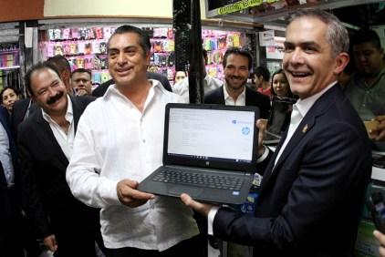 Regaló 15 computadoras para un pueblo en el municipio de Galeana