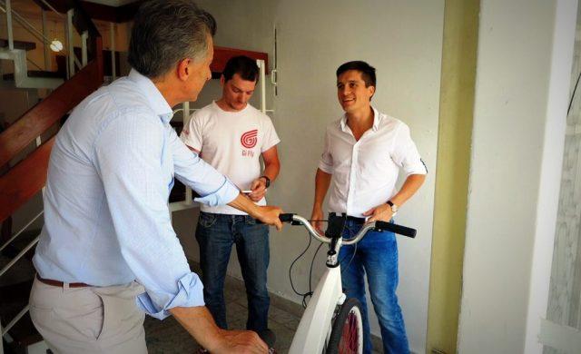 El Presidente Macri visitó a un joven creador de una bicicleta eléctrica