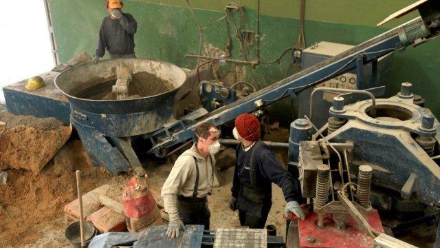 Una nueva planta que fabrica baldosas con los materiales reciclados de los Puntos Verdes