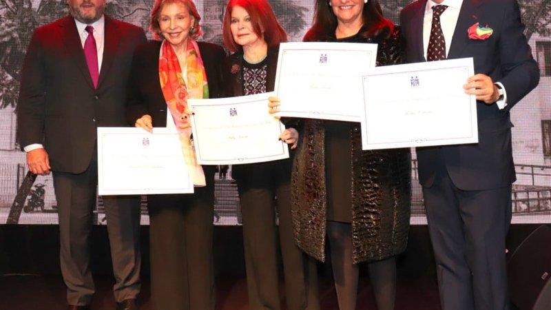 El empresario Martín Cabrales recibe diploma de reconocimiento por incondicional apoyo a la Fundación del Hospital de Clínicas