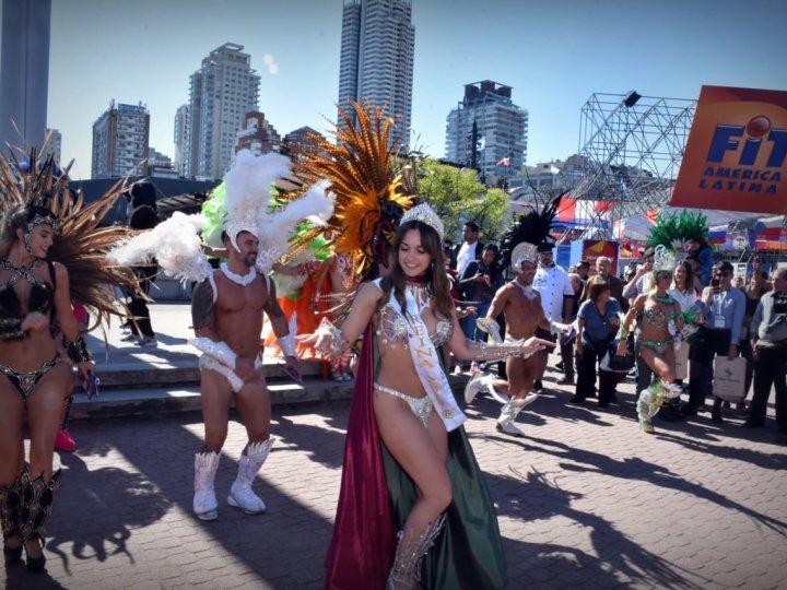 La Feria Internacional de Turismo abrió su segundo día con la magia del Carnaval del País