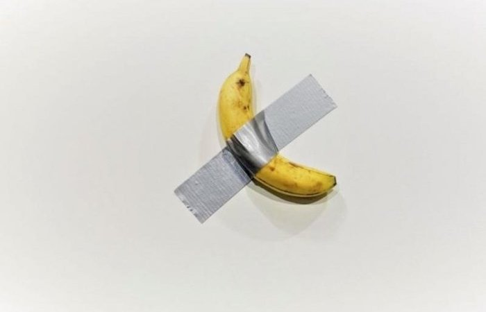 Insólito! venden una banana adherida a la pared por muchos dólares