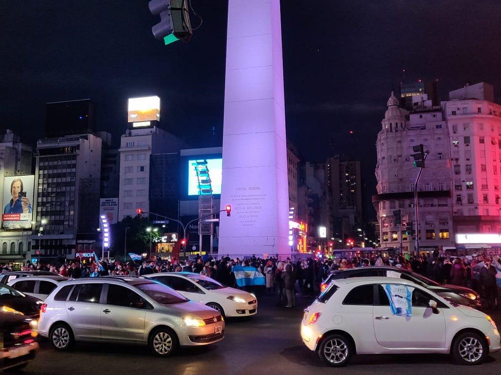 Manifestantes protestaron en el Obelisco porteño y otros puntos del país contra el aislamiento social