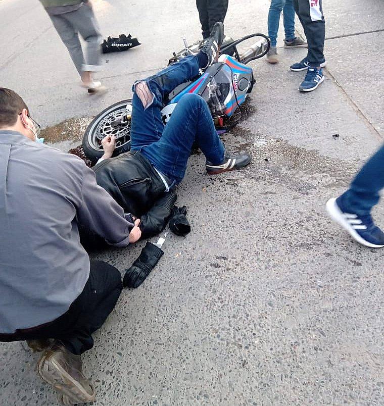 El Gobernador Gerardo Zamora sufrió un accidente con su moto cuando retornaba del cementerio