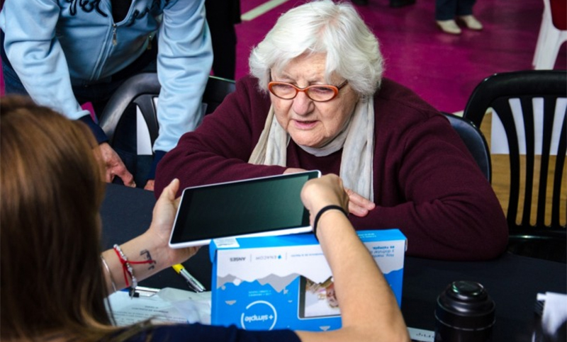 El Enacom amplía la entrega de tablets a jubilados, beneficiarios de AUH y monotributistas sociales