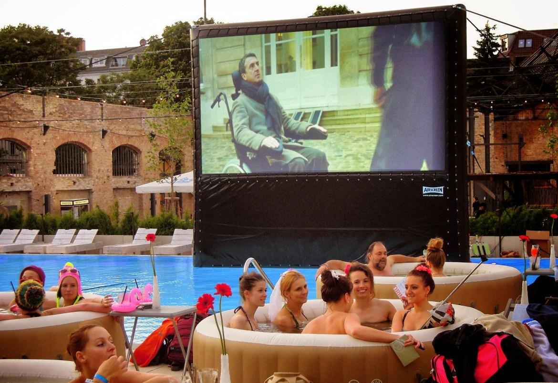 Cine en la piscina con AIRSCREEN airtight