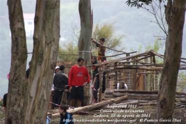 LUGNASAS 2011 - CONSTRUCCIÓN DAS CASETAS DOS CLANS - CEDEIRA 25 DE AGOSTO DE 2011 - fotografía por Fermín Goiriz Díaz (7)