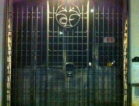 Cancello con logo in acciaio