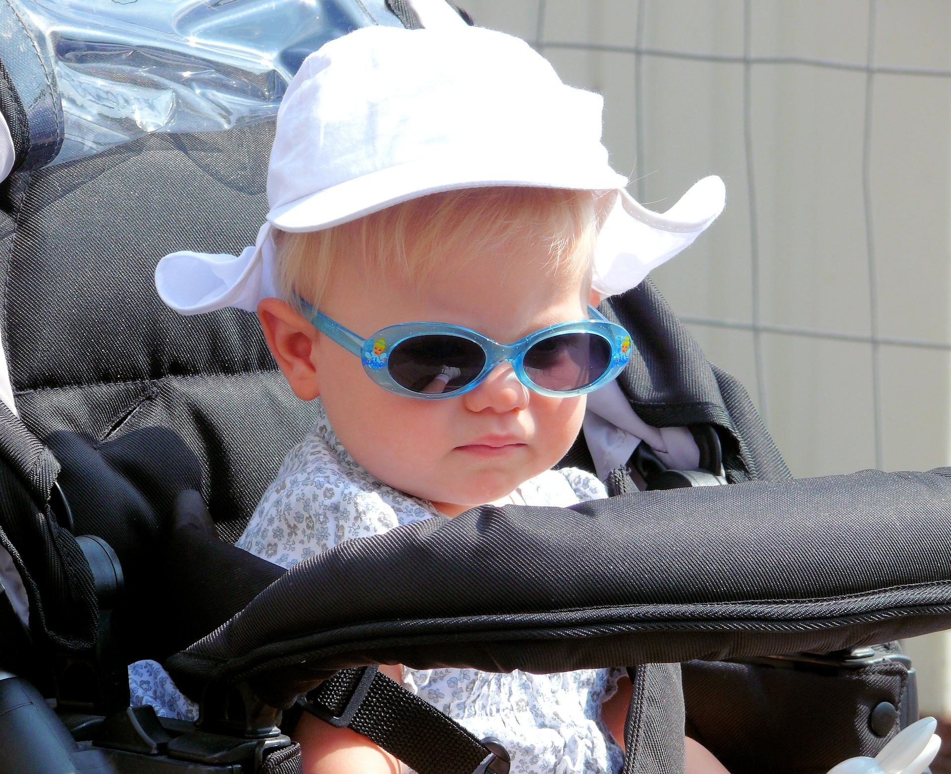 サングラスをしてベビーカーに乗る赤ちゃん