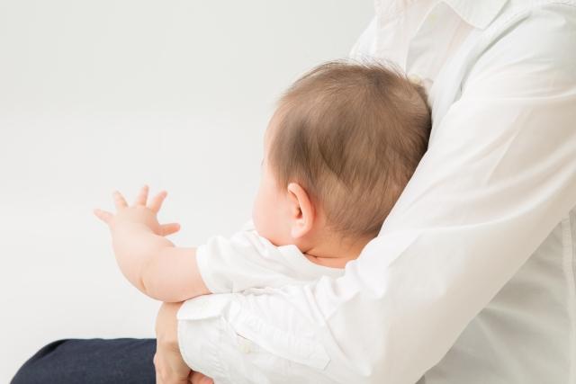 赤ちゃんを座って抱っこしている親