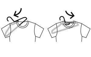 無印良品 ポリプロピレン洗濯用ハンガーは首周りを引っ張らなくてもTシャツに差し込める