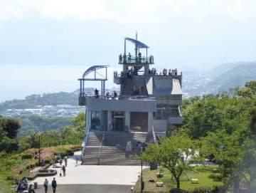 湘南平の電波塔の横の建物