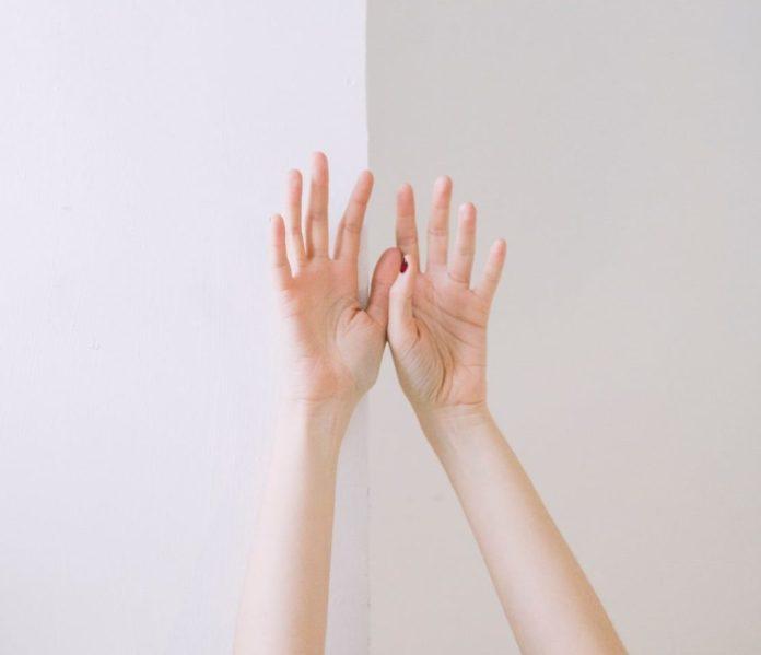 bras levés au ciel, signe de renaissance. Parfois montrent les marques de scarification