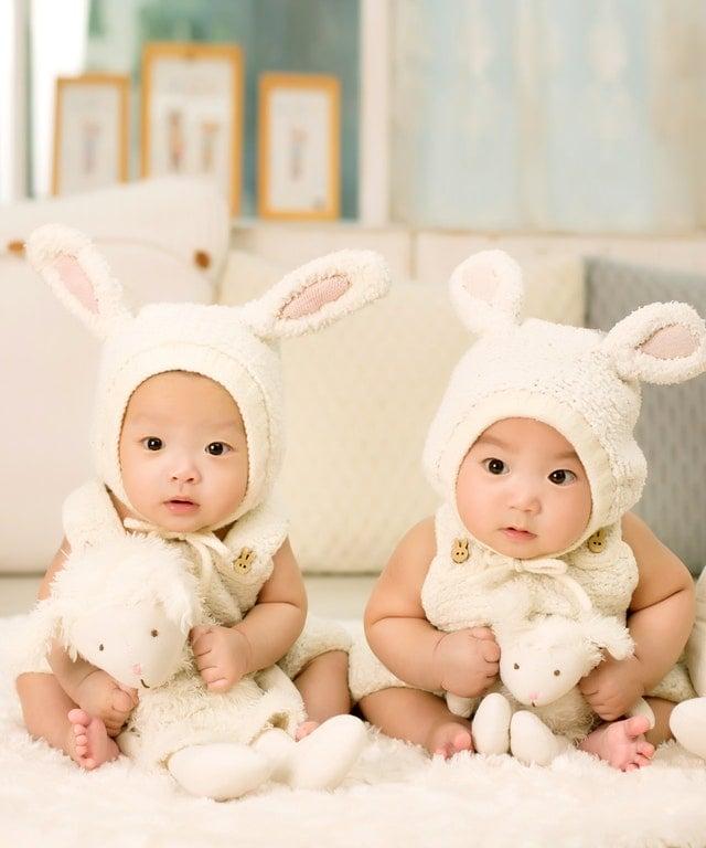 solution co,nflits frères et soeurs pour des enfants ou bébés magnifiques bonne entente relation apaisés fratrie habillés en lapins