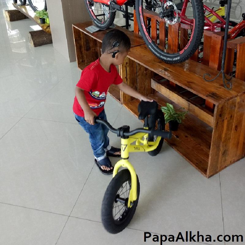 Alkha Mencoba Sepeda Balance Bike / Push Bike Merk Thrill