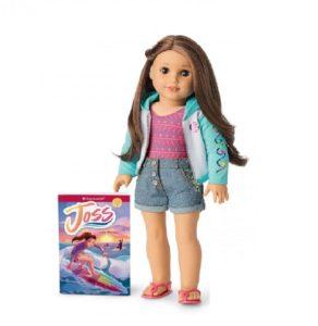 Gambar Joss Kendrick, boneka buatan American Girls tahun 2020 dengan narasi seorang gadis pengguna alat bantu dengar yang periang dan sangat menyukai berselancar dan pemandu sorak.