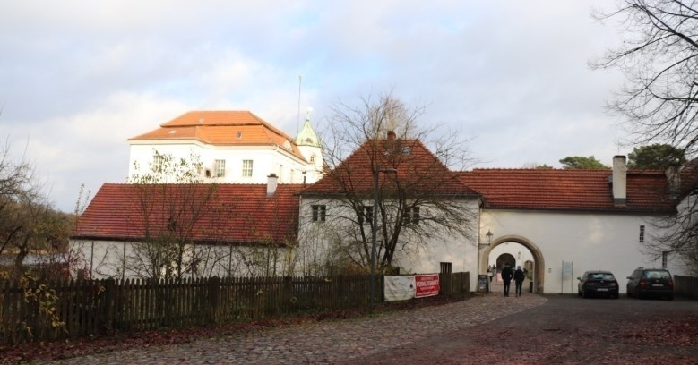 Eingang zum Schloss Grunewald