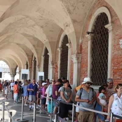 Warteschlange vor dem Dogenpalast
