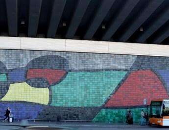 Wandmosaik am Flughafen Barcelona